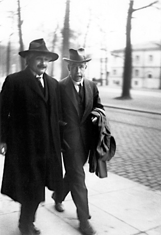 Einstein_bohr_walking_photo